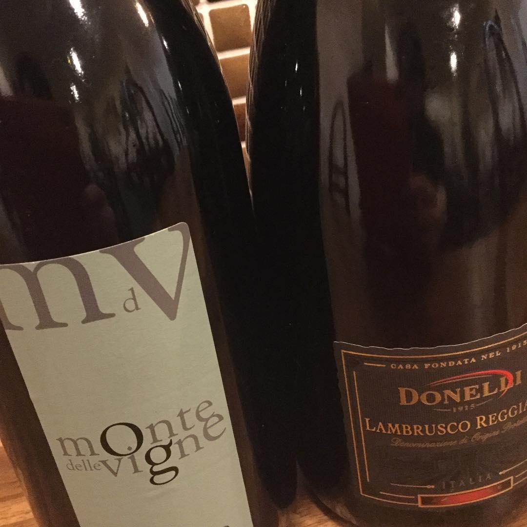 こんばんは! トラットリアパラヴィーノです!  だんだん暖かくなってきましたね️ 冷たいスパークリングワインを飲みながらお食事なんてどうでしょうか?🍾 当店では白のスパークリングワインに加え、赤のランブルスコも取り扱っています!🍾 スッキリ甘めなのでワインが苦手でも飲めちゃいます^ ^  他にもイタリアワインがたくさんの飲めるので是非!!