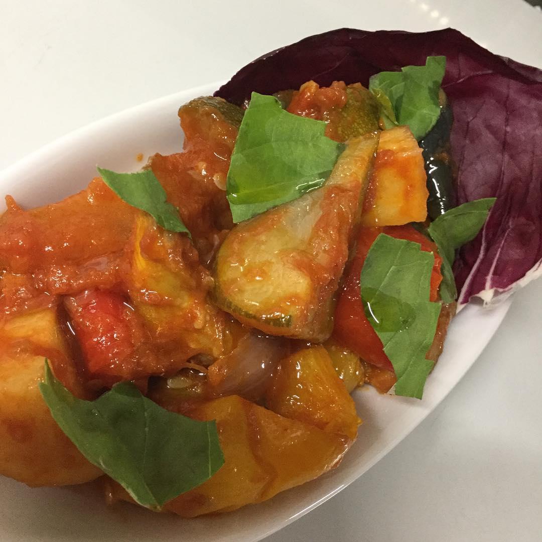 新メニュー️ 南イタリアの夏野菜とジャガイモの煮込み 「チャンボッタ」です 段々と暑さが増していますが、キンキンに冷えたビールやスパークリングワインと一緒にいかがでしょうか? 明日から登場です😎