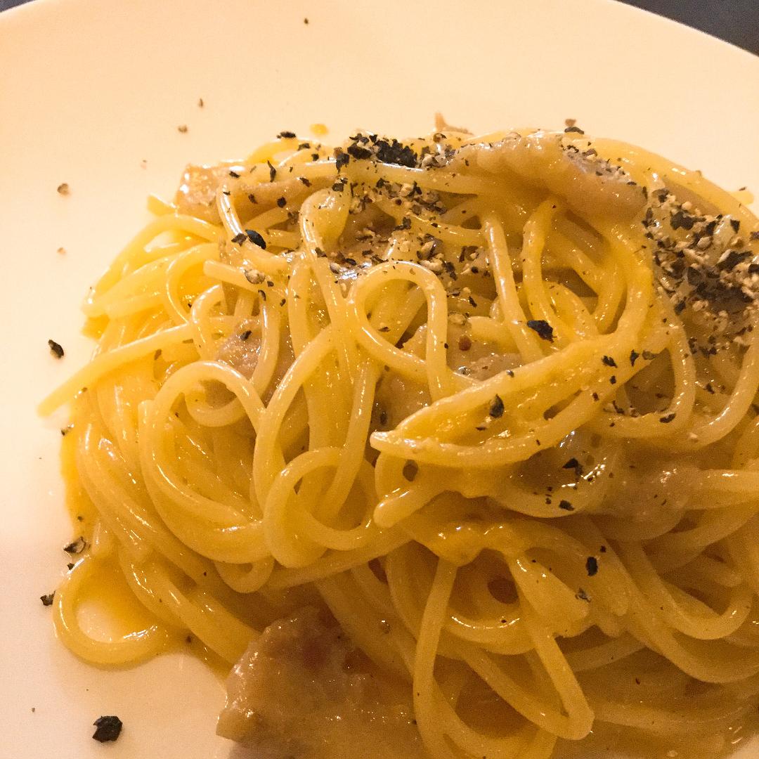 カルボナーラ 自家製のグアンチャーレを使ったローマ風️ 生クリームは使わず、卵とチーズで和えています 粗く叩いた黒胡椒をかけてどうぞ