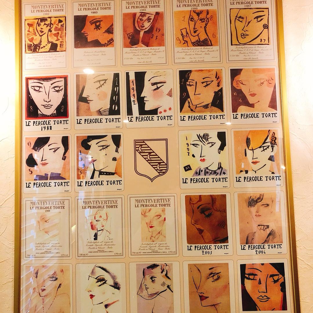 ペルゴーレトルテの歴代エチケッタのポスターとモンテヴェルティーネの畑📸いただきました ご来店の際に是非ご覧ください