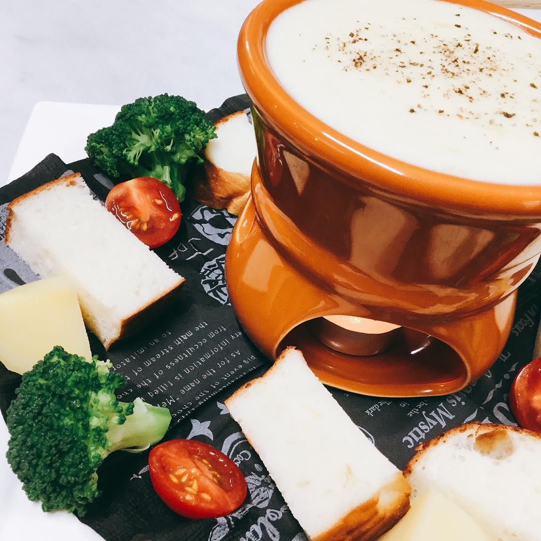 チーズフォンデュ始まりましたー🧀🥂🍾 エメンタールチーズとグリエールチーズを使い、濃厚に仕上げました️ #ノンアルカクテルも○