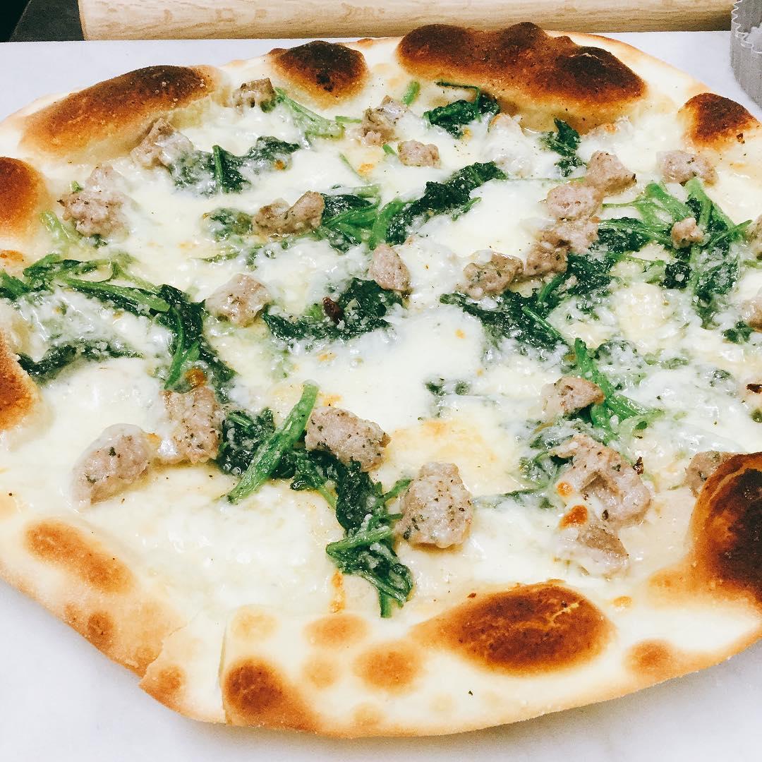 自家製サルシッチャとフリアリエッリのピッツァ 埼玉県産のフリアリエッリ旨いです 来週からメニューに入れる予定ですー️