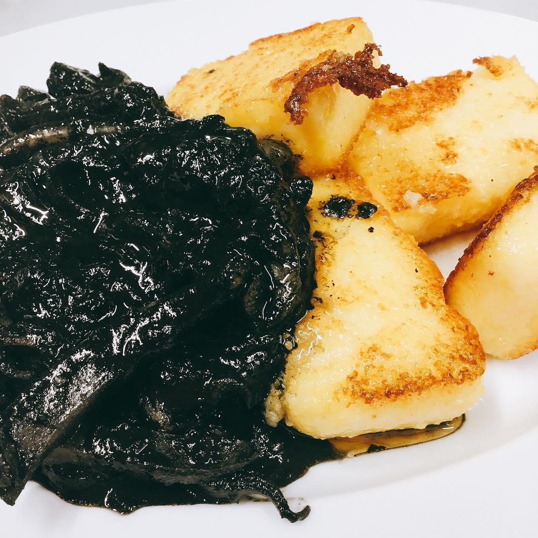 スミイカの墨煮と焼きポレンタ 旨味たっぷりのスミ煮と素朴な味わいのポレンタ。王道の組み合わせです