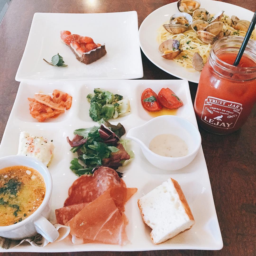 17日日曜、18日月曜と連休させて頂きます。  写真は産直野菜と生ハムのプレートランチパスタ、ドルチェ、ソフトドリンクが選べるお得なランチです️ 火曜日からまたお待ちしております🏻