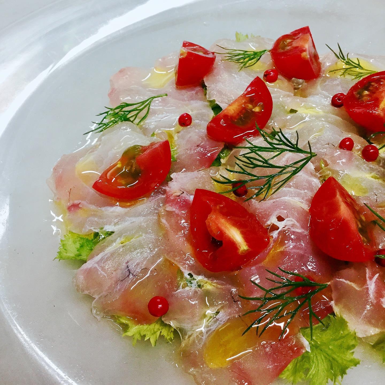 天然真鯛のカルパッチョ  月曜日のランチは都合によりお休みさせていただきます。 ディナーは18:30オープンとなります。 よろしくお願いいたします🏻