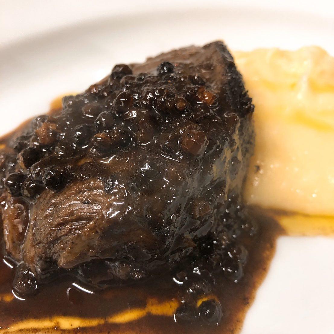 牛ホホ肉の黒胡椒煮込み 赤ワイン、香味野菜、粒黒胡椒と一緒にとろとろになるまで煮込んだホホ肉は間違いなし 黒胡椒も柔らかくなっているので噛めばピリッとクセになる味わいです  本日金曜日は貸切営業となります。 明日、土曜日はまだお席ありますのでご予約お待ちしています🏻