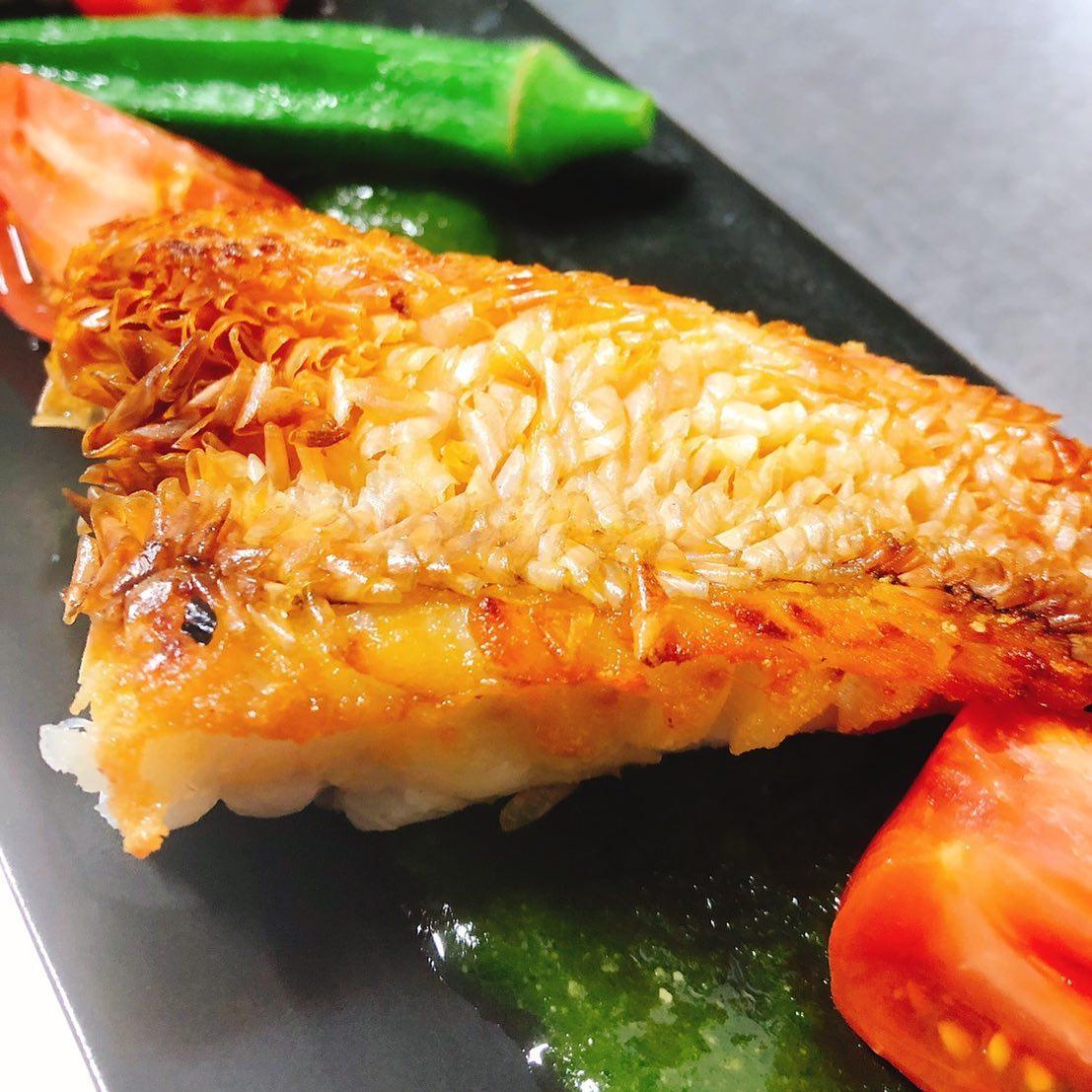 徳島の甘鯛あります。 鱗焼きでパリパリ、身はふっくらおすすめです️ 本日20時以降、カウンターのみのご案内となります。 ご来店の際は1度ご連絡下さい よろしくお願いいたします🏻