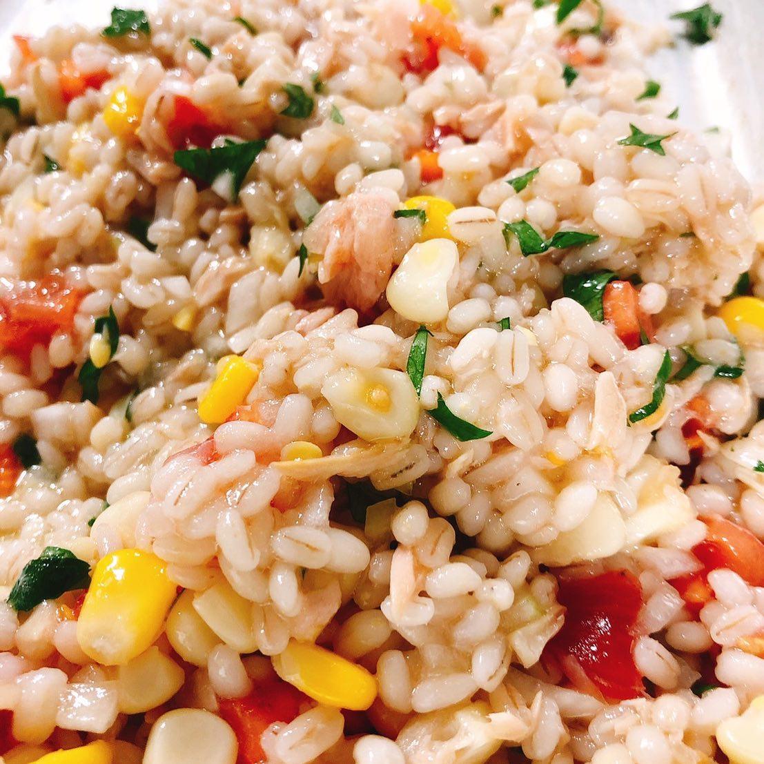 大麦・ツナ・とうもろこしのサラダ  ぷりぷりの大麦とツナの旨味、とうもろこしの優しい甘さ、トマトとヴィネガーの酸味をイタリア産のとっても美味しいオリーブオイルがしっかりとまとめています 小皿や前菜の盛り合わせに入ってまーす 明日もよろしくお願いいたします🏻
