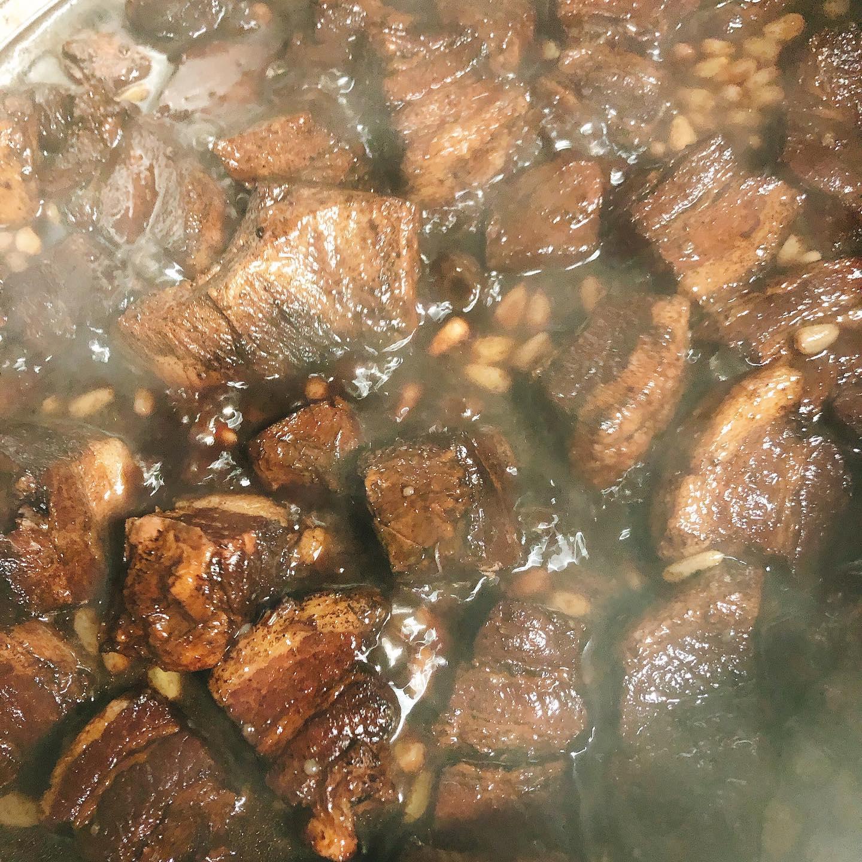 本日のランチ、ディナー共にお席わずかです️早めのご予約お願い致します🏻 写真は豚バラのアグロドルチェ 群馬県産の豚バラ肉を松の実、レーズンなどと一緒にバルサミコでほんのり甘酸っぱく煮込んだ料理です オススメです️