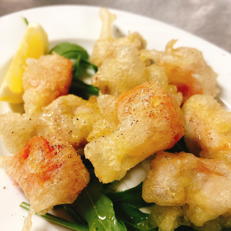 本日金曜日のディナーは貸切営業です。 よろしくお願い致します🏻 写真はイタリア産のウサギのフリット地鶏の様な、しっかりと旨味の強いお肉です。お試しください ※赤いのはミニトマトです  #飲み放題 あります