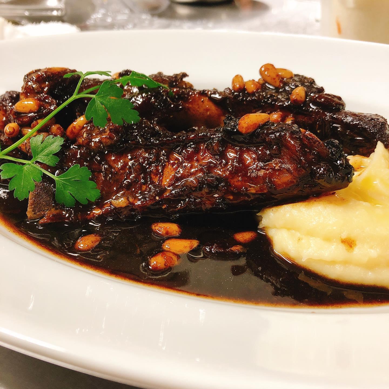 栃木県瑞穂野もち豚スペアリブのアグロドルチェ たっぷりのバルサミコ、松の実、レーズンの甘酸っぱい煮込みです。 南イタリアの赤ワインと合わせたら最高です