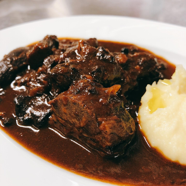 牛タンの黒胡椒煮込み タン下とタン先を赤ワインと黒胡椒と共にじっくり柔らかく煮込みました。 自家製の濃厚マッシュポテトも一緒にどうぞ 数に限りがあるのでメニューには入れていません。無くなり次第終了となります。 本日もテイクアウトのみの営業です️ よろしくお願い致します🏻 #ペポーゾ  #肉の盛り合わせ  #群馬  #イタリア料理