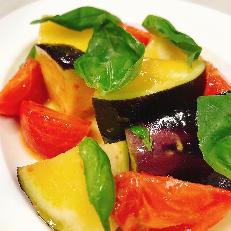 """水茄子始まりましたー️ 水茄子とフルーツトマトのサラダ 泉州の瑞々しくフレッシュな水茄子と太田産のフルーツトマト""""ブリックスナイン""""を使ったさっぱりとしたサラダです イタリア産の美味しいオリーブオイルが更に美味しさを引き立てます。  春メニューから徐々に夏メニューへと変わっていきます。 テイクアウトも変わらずやってますのでご利用下さい🏻 今週もよろしくお願い致します!  #アンチョビモッツァレラを詰めたフリット  #肉の盛り合わせ  #群馬  #イタリア料理"""
