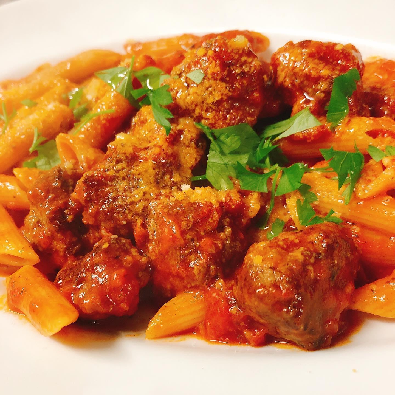 足利マール牛ミートボールのペンネ️ マール牛100%の美味しいミートボールをトマトで煮込んでペンネとチーズと和えてます マール牛のランプステーキも人気です。こちらも美味しいですよー♂️ 今週もよろしくお願いします🏻 #足利マール牛  #肉の盛り合わせ  #群馬  #イタリア料理