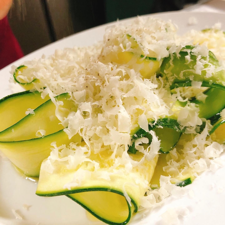 来週月曜日お休み頂きます🏻 旬のズッキーニとパルミジャーノのサラダ。 レモンとイタリア産の香り高いオリーブオイルでマリネしたズッキーニにパルミジャーノチーズをたっぷり🧀  さっぱりとした夏らしい前菜です。 おすすめです  #肉の盛り合わせ  #群馬  #イタリア料理