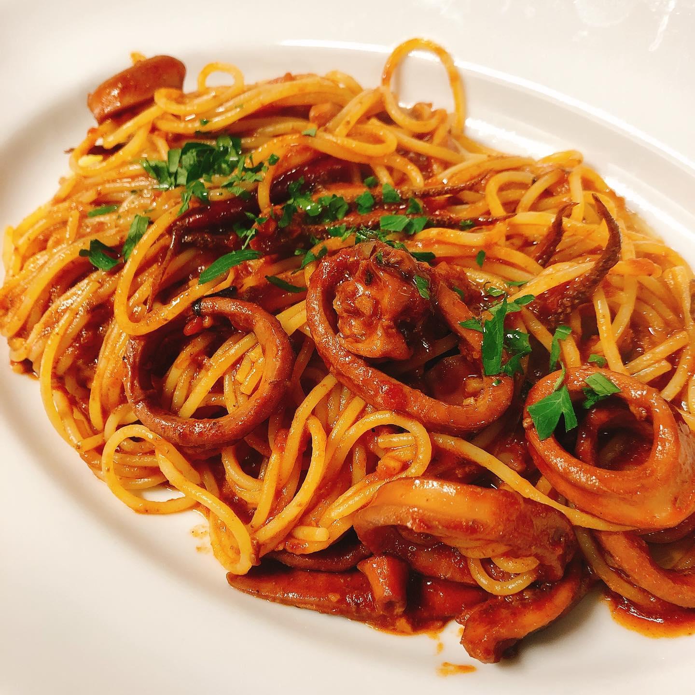 ムギイカのトマトソース  今が旬のムギイカ (小さなスルメイカ)。 身が柔らかく、特に肝が美味しい  肝ごとトマトで煮込んだイカをパスタと和えました  明日からランチのオススメで提供します。 ディナーやテイクアウトも出来ますのでご相談ください   #肉の盛り合わせ  #群馬  #イタリア料理