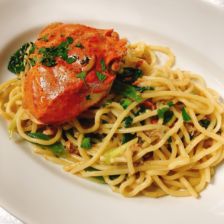 鳥取産紅ズワイガニのビーゴリ  紅ズワイガニを丸ごと1杯使った贅沢なソース。丁寧に身をほぐし、殻からとった出汁と蟹味噌を合わせています。 妻沼産の青ねぎがアクセント 手打ちパスタのビーゴリと  #肉の盛り合わせ  #群馬  #イタリア料理