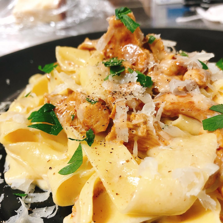 """手打ちパスタ""""フェットチーネ""""ジロール(アンズ茸)のクリーム  卵入りの平打ちパスタとジロール茸(和名アンズ茸)。 ヨーロッパでよく食べられる夏が旬のきのこです。名前の通り杏の良い香りがします リゾットにしても美味しいです🏻♂️  #ジロール  #アンズ茸  #フェットチーネ  #肉の盛り合わせ  #群馬  #イタリア料理"""