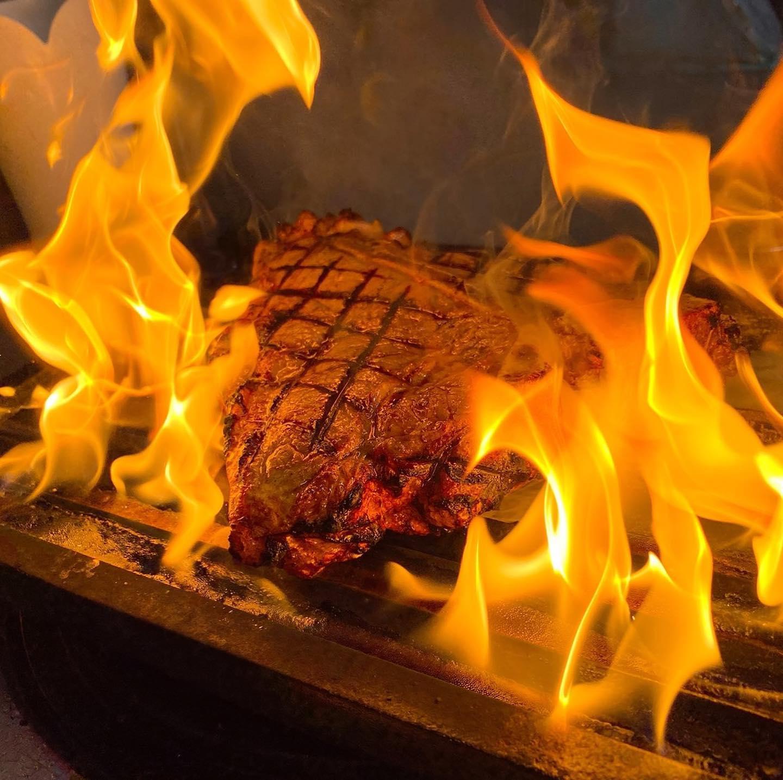 ビステッカ🥩  段々と理想の焼き加減になってきました 美味しいTボーンステーキご予約お待ちしてます  12月は少人数の忘年会受け付けてます。 クリスマスコースのご予約も受付始まりました。詳細は食べログで おせちも続々とご予約頂いてますがまだまだ余裕あります!締切は12/12までです。 よろしくお願い致します🏻  #イタリアンおせち 12/12まで #宅飯   #肉の盛り合わせ  #手打ちパスタ  #イタリア料理  パラヴィーノワインアカウント @paravino.vino
