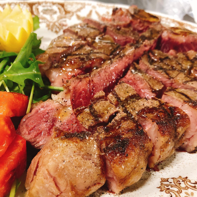 ビステッカ🥩 約1㌔のTボーンステーキ️  柔らかくて旨味たっぷりの赤身肉をシンプルにイタリア産の塩&オリーブオイルで。 最高です ご注文ありがとうございました  食べたい方は早めにご予約お願いします🏻  #約1キロ  #予約限定  #肉の盛り合わせ  #手打ちパスタ  #イタリア料理  パラヴィーノワインアカウント @paravino.vino