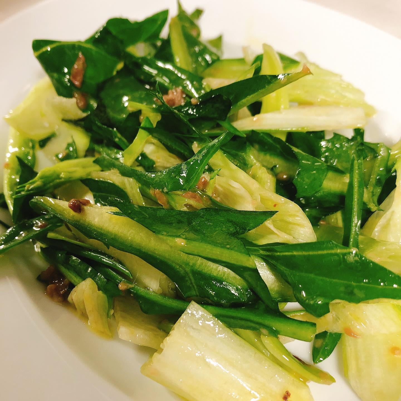 プンタレッラ始まりました ローマの定番冬野菜です  ほのかな苦味とシャキシャキの歯ごたえにアンチョビの塩っけと旨味、レモンのさっぱりとした酸味がクセになる味わいです  明日もよろしくお願いします🏻  #プンタレッラ   #肉の盛り合わせ  #手打ちパスタ  #イタリア料理  パラヴィーノワインアカウント @paravino.vino