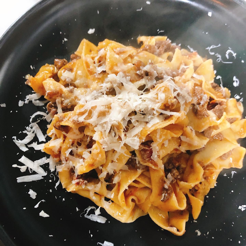 """自家製手打ちパスタ""""タリアテッレ""""  エゾ鹿と香味野菜を赤ワインとトマトでじっくり煮込んだラグーソースとパルミジャーノで  #タリアテッレ  #エゾ鹿  #宅飯   #肉の盛り合わせ  #手打ちパスタ  #イタリア料理  パラヴィーノワインアカウント @paravino.vino"""