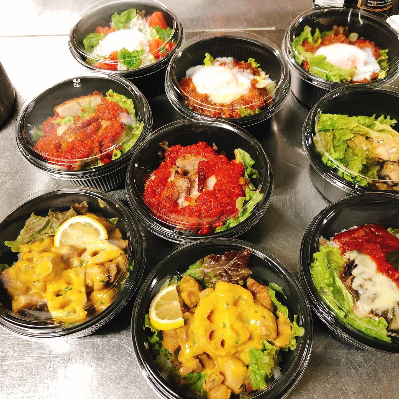 お昼のテイクアウト好評頂いてます 配達もやってますよー!(ある程度まとめてご注文お願いします) 店頭でお受け取りでしたら1個〜ご注文承ります。 前日までのご注文となります  先日ストーリーで出した黒トリュフのリゾットまだ行けますのでこちらもご注文お待ちしてます🏻  #宅飯   #肉の盛り合わせ  #手打ちパスタ  #イタリア料理  パラヴィーノワインアカウント @paravino.vino