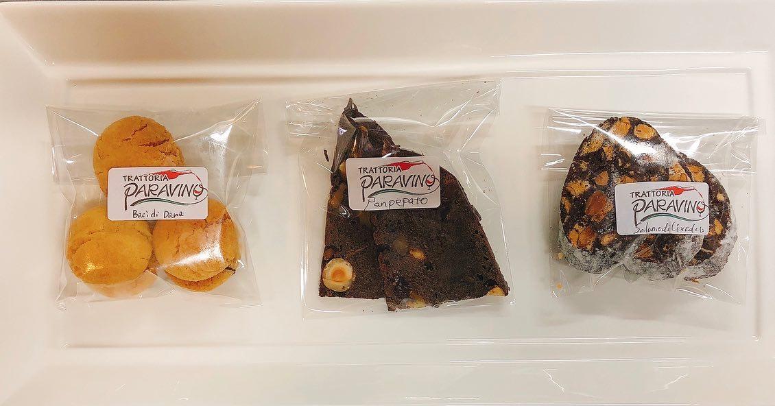 バレンタインも近いということで 明日月曜日からパラヴィーノのスタッフ3人がそれぞれ作ったイタリアの郷土菓子を販売します 1.バーチディダーマ   イタリア語でという名前の郷土菓子。アーモンド生地のほろほろクッキーの間にチョコレートを挟んだシンプルで素朴なお菓子です。 2.パンペパート チョコレートとナッツとスパイスが入った郷土菓子。本来はクリスマスシーズンに食べられます。独特な食感と香り。意外とワインにも合います。 3.サラーメディチョコラート   チョコレートをサラミ風に仕立てた郷土菓子。中に入っているサクサクのビスコッティがアクセントです。 ¥300/p 3種食べ比べセット¥700 プレゼントにも自分用にもちょうど良いサイズ感にしました。 郷土菓子なのであまり華はなく、素朴な味わいですが、こんな状況で中々行けないイタリアを感じていただけたら嬉しいです #トラットリアパラヴィーノ #パラヴィーノ #宅飯  #テイクアウトアプリ #アプリでテイクアウト #ぐんまgotoeat #太田プレミアム商品券 #美味しいグラスワインあります #肉の盛り合わせ  #アクアパッツァ #手打ちパスタ  #ピッツァ #イタリア料理  パラヴィーノワインアカウント @paravino.vino
