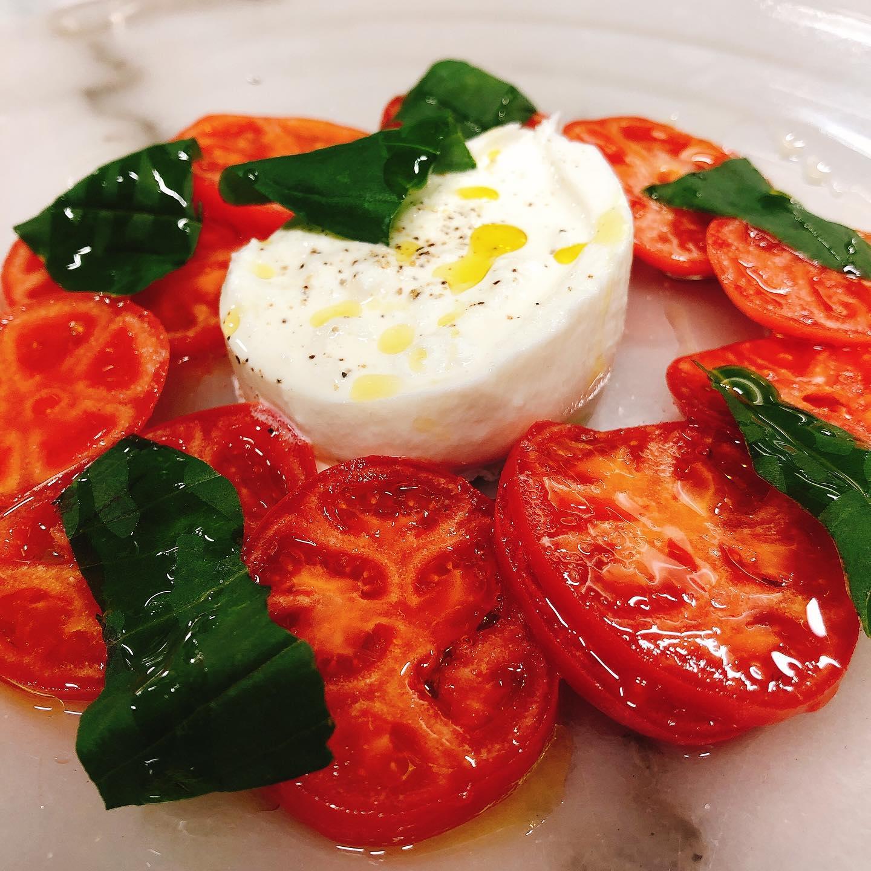 ブリックスナインとブッラータチーズのカプレーゼ  本日早い時間はバタバタしている為18:30〜がオススメです。L.O.19:00ですが テイクアウトもそのくらいのお時間でしたらスムーズです  よろしくお願いいたします🏻  #22まで短縮営業  #宅飯   #肉の盛り合わせ  #手打ちパスタ  #イタリア料理  パラヴィーノワインアカウント @paravino.vino
