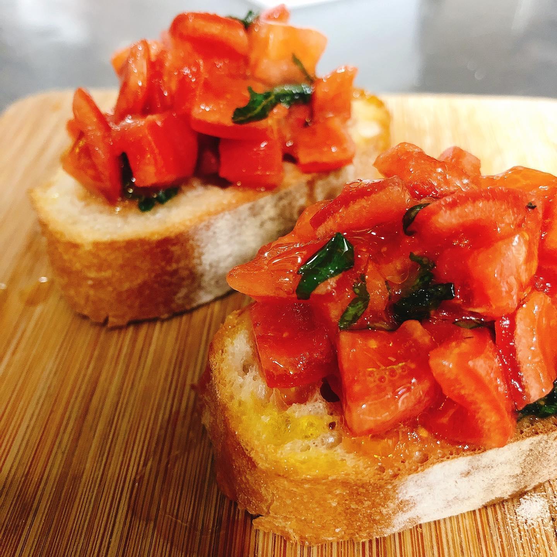 太田のフルーツトマトブリックスナインを使ったブルスケッタ カプレーゼやピッツァもオススメです  時短営業22日まで延長です よろしくお願いいたします🏻   #宅飯   #肉の盛り合わせ  #手打ちパスタ  #イタリア料理  パラヴィーノワインアカウント @paravino.vino