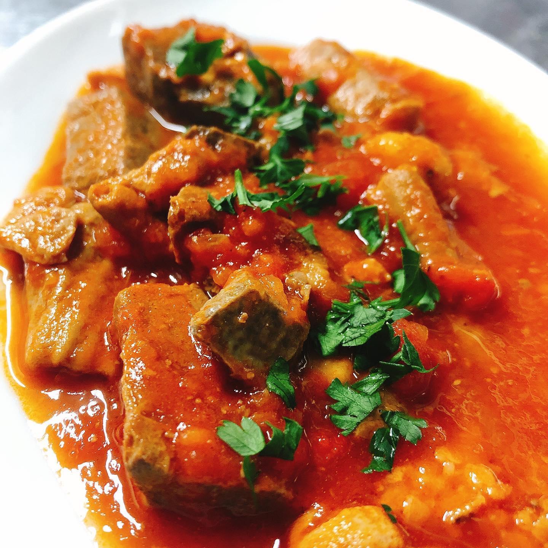 寒いのでナポリ風のピリ辛のもつ煮  数種類の豚もつと香味野菜、唐辛子、2種類のトマト(イタリア産ホールトマトと太田産サンロードトマト)でじっくり煮込みました  今月のメニューも少し変わってます。 テイクアウトお待ちしてます🏻  #宅飯   #肉の盛り合わせ  #手打ちパスタ  #イタリア料理  パラヴィーノワインアカウント @paravino.vino
