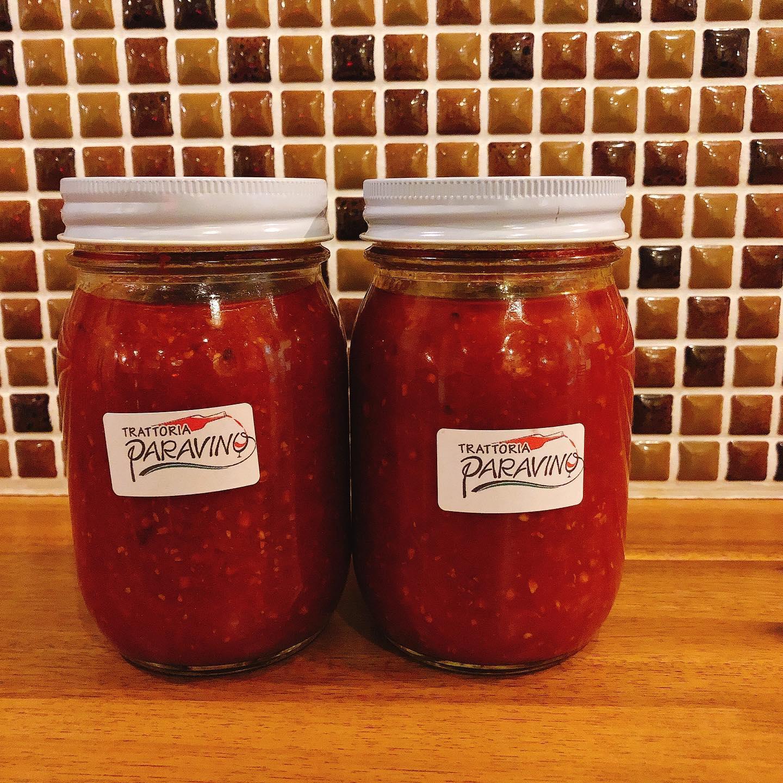 蓮沼農園サンロードトマトの特製トマトソース出来ました  いつも使わせてもらっている太田産直倶楽部、蓮沼さんの美味しいサンロードトマトに、にんにくとたまねぎ、オリーブオイルで作ったシンプルなトマトソースです。  旨みと酸味がしっかりとあるので、お料理のベースとして、パスタや煮込み料理、スープやお鍋などにお使いいただくととっても美味しく召し上がれます。  保存料、化学調味料、添加物不使用です。  ご興味ありましたらご連絡お願いします  また、長かった時短営業も本日までとなりました。 日曜、月曜と連休になる為、火曜日から通常営業に戻ります。 ご迷惑をおかけしました🏻  またよろしくお願いいたします  #サンロード  #宅飯   #カウンター席 あります 美味しいグラスワインあります #肉の盛り合わせ  #手打ちパスタ  #イタリア料理  パラヴィーノワインアカウント @paravino.vino