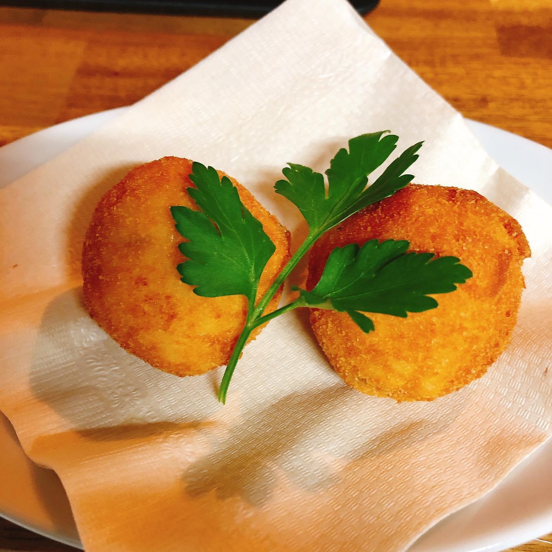 アランチーニ イタリアのライスコロッケです  今回は黒トリュフのリゾットにモッツァレラチーズを入れました  テイクアウトも出来ます。 よろしくお願い致します🏻  #宅飯   #カウンター席 あります 美味しいグラスワインあります #肉の盛り合わせ  #手打ちパスタ  #イタリア料理  パラヴィーノワインアカウント @paravino.vino