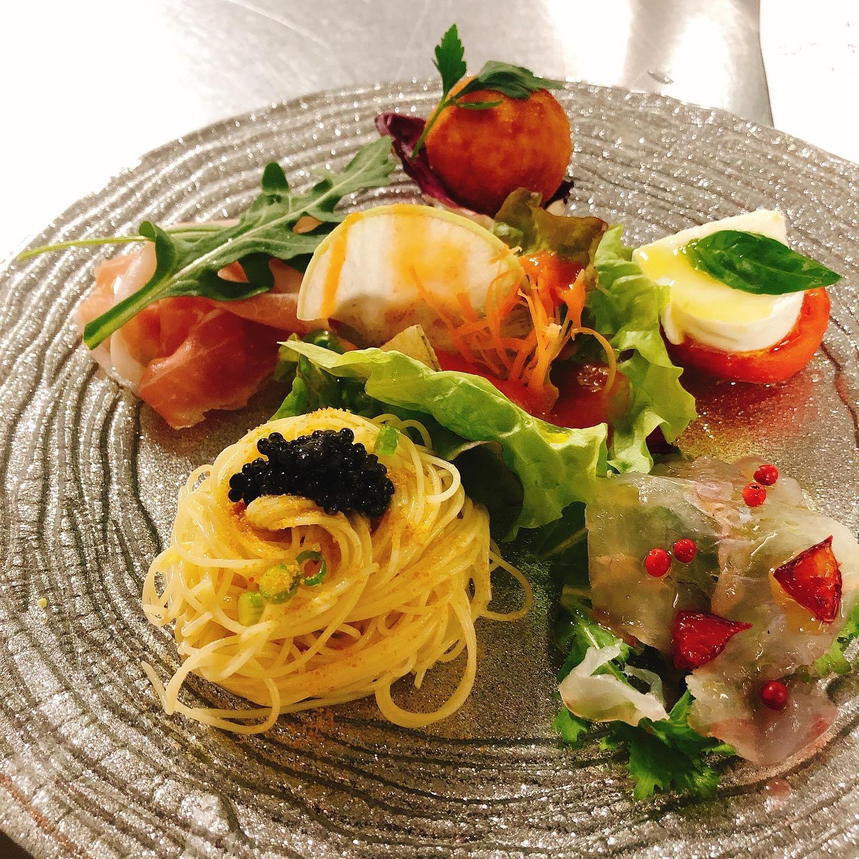 記念日やお祝いにコース料理も出来ます🥂 写真はコースの一部(前菜の盛り合わせとメイン)です  事前のご予約お願いします🏻  #宅飯   #カウンター席 あります 美味しいグラスワインあります #肉の盛り合わせ  #手打ちパスタ  #イタリア料理  パラヴィーノワインアカウント @paravino.vino
