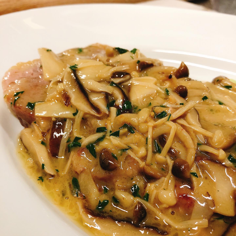 シチリア黒豚のスカロッピーネ  薄く叩いた黒豚とキノコをレモンとバターのソースで  本日も宜しくお願い致します🏻   #カウンター席 あります 美味しいグラスワインあります #肉の盛り合わせ  手打ちパスタ ピッツァ #イタリア料理  パラヴィーノワインアカウント @paravino.vino パラヴィーノテイクアウトアカウント @paravino.takeout