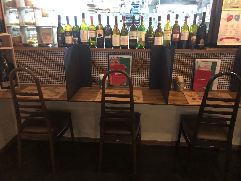 おひとり様も歓迎です 簡易的ですがパーテーションもつけました  ふらっとご来店お待ちしてます    #カウンター席 あります 美味しいグラスワインあります #肉の盛り合わせ  手打ちパスタ ピッツァ #イタリア料理  パラヴィーノワインアカウント @paravino.vino パラヴィーノテイクアウトアカウント @paravino.takeout