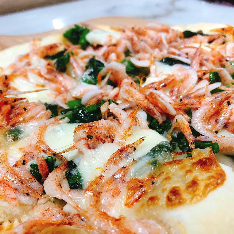 黒板おすすめピッツァ 桜エビと菜の花のピッツァです  旬の桜エビと太田産小松菜の菜花 をたっぷりと使ってます️ 安定のモッツァレラチーズとアンチョビがアクセント  テイクアウトも可能です。 本日も宜しくお願いします🏻  #桜エビ   #カウンター席 あります 美味しいグラスワインあります #肉の盛り合わせ  手打ちパスタ ピッツァ #イタリア料理  パラヴィーノワインアカウント @paravino.vino パラヴィーノテイクアウトアカウント @paravino.takeout