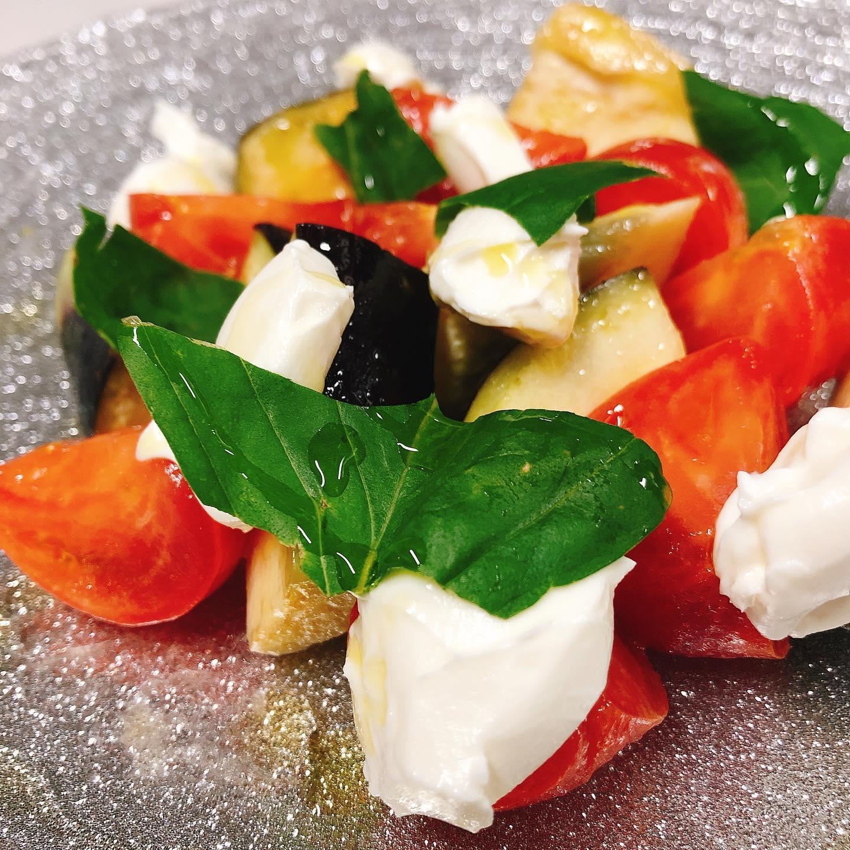 ブリックスナインと水茄子とリコッタチーズ️  太田のフルーツトマト「ブリックスナイン」と泉州の水なす、イタリア産のリコッタチーズのサラダです。  さっぱり軽くて美味しい 酸味の効いた白ワインと良く合います🥂  本日も宜しくお願い致します🏻  #水なす   #カウンター席 あります 美味しいグラスワインあります #肉の盛り合わせ  手打ちパスタ ピッツァ #イタリア料理  パラヴィーノワインアカウント @paravino.vino パラヴィーノテイクアウトアカウント @paravino.takeout