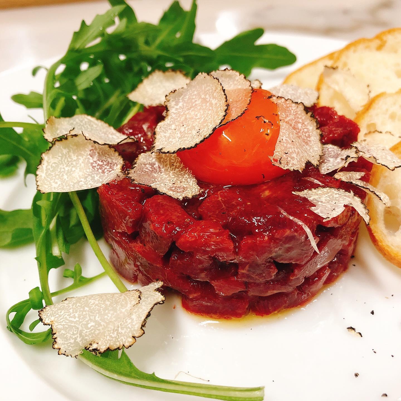 GWは馬肉推し  馬肉のタルタル️ 濃厚な田中農場の宝玉卵とサマートリュフ  間違いなしの旨さです 本日も宜しくお願いします🏻  #田中農場   #カウンター席 あります 美味しいグラスワインあります #肉の盛り合わせ  手打ちパスタ ピッツァ #イタリア料理  パラヴィーノワインアカウント @paravino.vino パラヴィーノテイクアウトアカウント @paravino.takeout