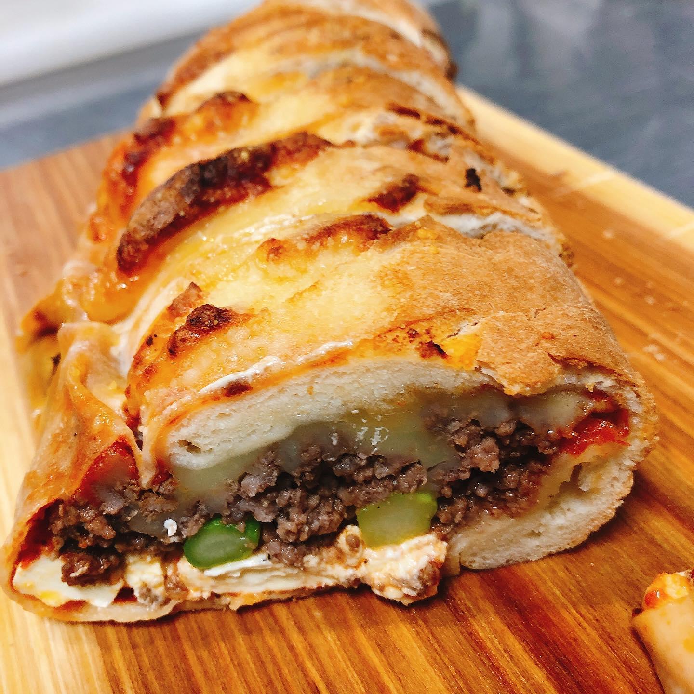 @volcano_mama さんの「足利マール牛とアスパラガスのストロンボリ」 ボリューム満点オーブンで温めて美味しく頂きました〜️ ごちそうさまでした   実施中 #短縮営業  #カウンター席 あります 美味しいグラスワインあります #肉の盛り合わせ  手打ちパスタ ピッツァ #イタリア料理  パラヴィーノワインアカウント @paravino.vino パラヴィーノテイクアウトアカウント @paravino.takeout