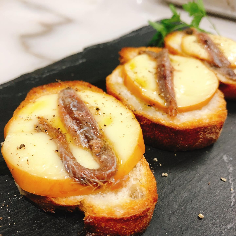 スカモルツァ・アフミカータのクロスティーニ️  バゲットにイタリア産の燻製チーズとアンチョビのせてオーブンで焼きました  とろけたチーズ、アンチョビの塩気と旨味、燻製の香り、バゲットのカリカリ感。最高です️  こちらはお酒が飲みたくなってしまうのでおうちでどうぞ笑  最近前菜の盛り合わせが人気です 色々な美味しい野菜を使ったイタリア惣菜を楽しめます。 お得な期間にぜひお試しください  明日もよろしくお願いします🏻  実施中 #短縮営業   #前菜の盛り合わせ 2人前  ¥1,980→¥1,500  (まん延防止期間限定) #カウンター席 あります 美味しいグラスワインあります #肉の盛り合わせ  手打ちパスタ ピッツァ #イタリア料理  パラヴィーノワインアカウント @paravino.vino パラヴィーノテイクアウトアカウント @paravino.takeout