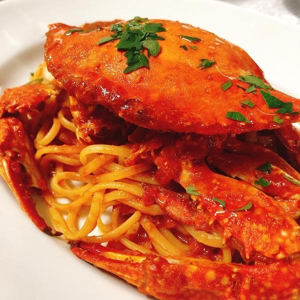 国産ワタリガニのトマトソース️ あまり数は無いですが、パスタ、リゾットどちらも出来ます テイクアウトも🏻♂️  本日もよろしくお願いします🏻  #カウンター席 あります 美味しいグラスワインあります #肉の盛り合わせ  手打ちパスタ ピッツァ #イタリア料理  パラヴィーノワインアカウント @paravino.vino パラヴィーノテイクアウトアカウント @paravino.takeout