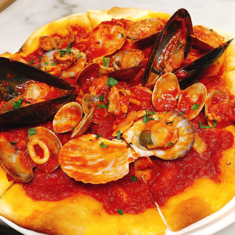 海の幸のピッツァ〜 本日もテイクアウトありがとうございました  …まん防解除まであと少し  実施中 #短縮営業  #カウンター席 あります 美味しいグラスワインあります #肉の盛り合わせ  手打ちパスタ ピッツァ #イタリア料理  パラヴィーノワインアカウント @paravino.vino パラヴィーノテイクアウトアカウント @paravino.takeout