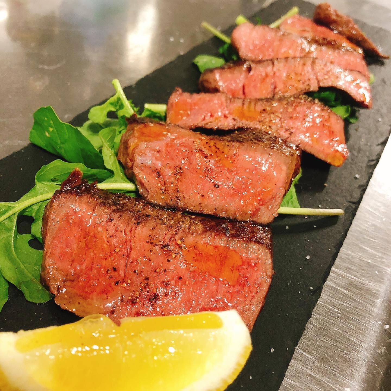 足利マール牛のランプステーキ ジューシーで柔らかい赤身肉人気です  明日は定休日、翌月曜日もお休みです。 火曜日よりお待ちしてます🏻  最近マリトッツォのお問合せを沢山頂いてます。 パラヴィーノでは現在、前日までのご予約となっていますが、当日でもご用意出来る様に検討中です。 また追ってお知らせいたします🏻♂️  実施中 #短縮営業  #カウンター席 あります 美味しいグラスワインあります #肉の盛り合わせ  手打ちパスタ ピッツァ #イタリア料理  パラヴィーノワインアカウント @paravino.vino パラヴィーノテイクアウトアカウント @paravino.takeout