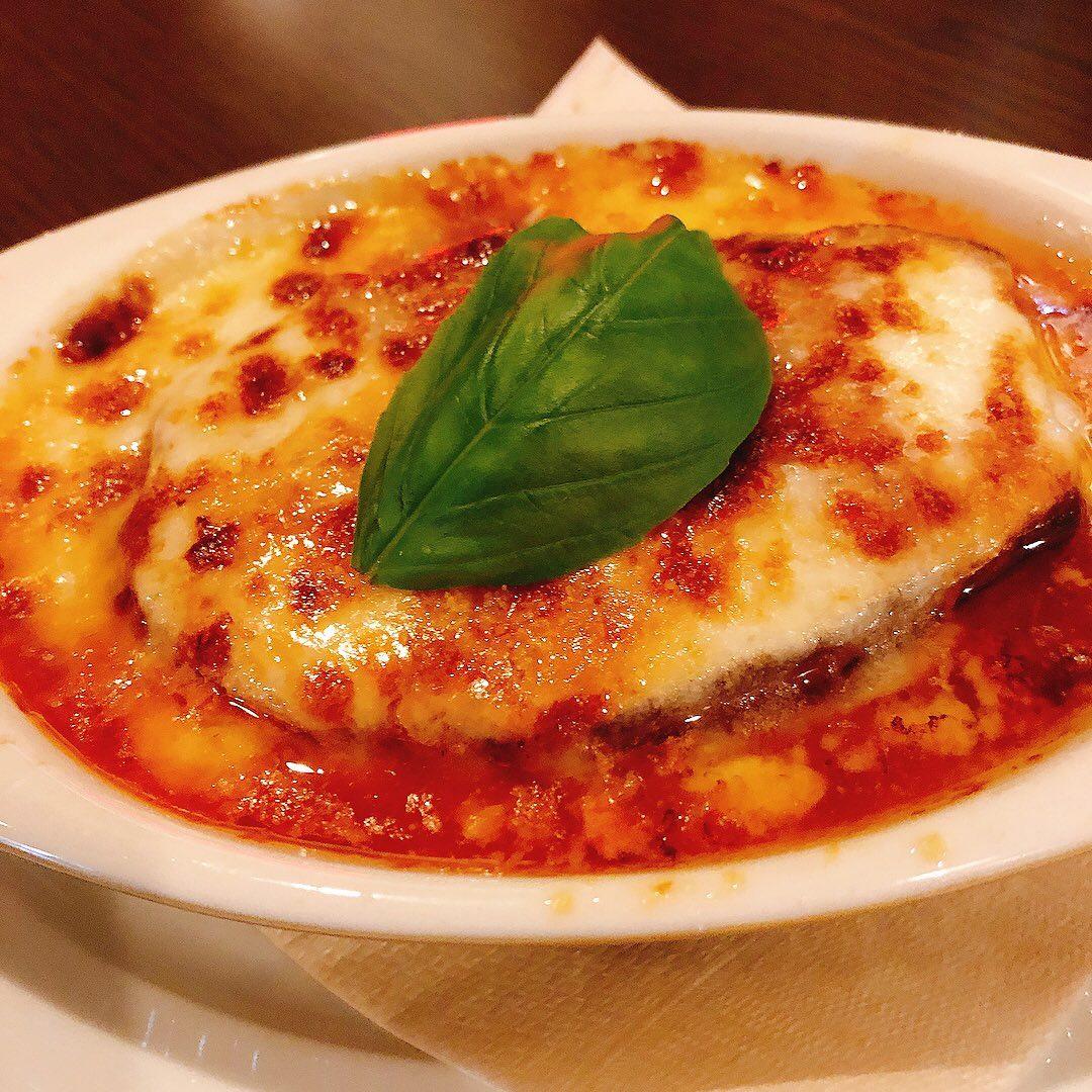 白ナスのパルミジャーナ  お世話になってる農家さんが作ってくれた白ナスをトマトソースとモッツァレラ、パルミジャーノで重ね焼きにしました️  とろとろ食感でジューシーな白ナス最高です️  #白ナス       #カウンター席 あります 美味しいグラスワインあります #肉の盛り合わせ  手打ちパスタ ピッツァ #イタリア料理  パラヴィーノワインアカウント @paravino.vino パラヴィーノテイクアウトアカウント @paravino.takeout