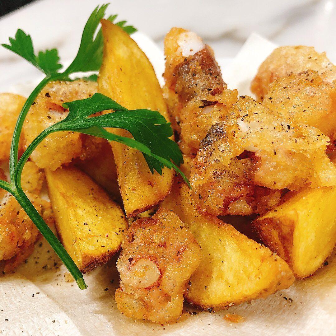 本日のオススメは、  福岡産の手長ダコとじゃがいものフリット 自家製のイタリアンレモンサワーと一緒にぜひ  うちのポテトフライ自信あります #カウンター席 あります 美味しいグラスワインあります #肉の盛り合わせ  手打ちパスタ ピッツァ #イタリア料理  パラヴィーノワインアカウント @paravino.vino パラヴィーノテイクアウトアカウント @paravino.takeout