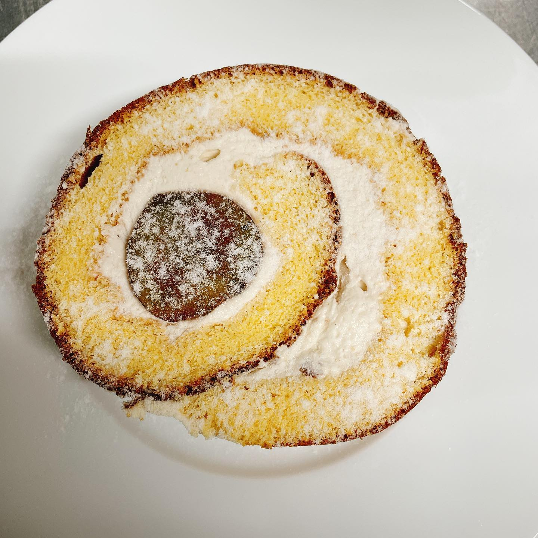 栗のロールケーキ オードブルご注文で1切れサービス  フォアグラサービスもまだ継続中です🏻♂️  テイクアウトご予約お待ちしてます  9/30までディナーテイクアウトのみ ¥5,000以上のオードブルご注文でフォアグラサービス&栗のロールケーキサービス #カウンター席 あります 美味しいグラスワインあります #肉の盛り合わせ  手打ちパスタ ピッツァ #イタリア料理  パラヴィーノワインアカウント @paravino.vino パラヴィーノテイクアウトアカウント @paravino.takeout
